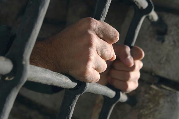 Man die bierflesje stuksloeg op hoofd caféklant riskeert negen maanden cel