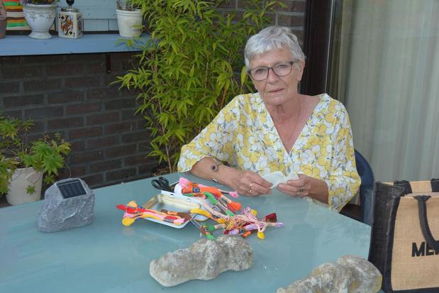 Claire uit Oostrozebeke borduurt er op los voor expo Dark Uncles in Texture