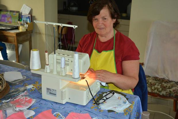 Supervrijwilligster Maria Ott helpt mondmaskers maken voor de gemeente