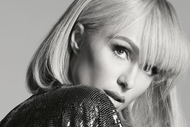 Paris s'éveille: het indrukwekkende modeparcours van Paris Hilton