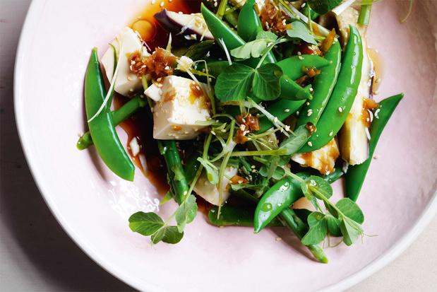 Salade van aubergine en peultjes met tofoe en gember-sojadressing
