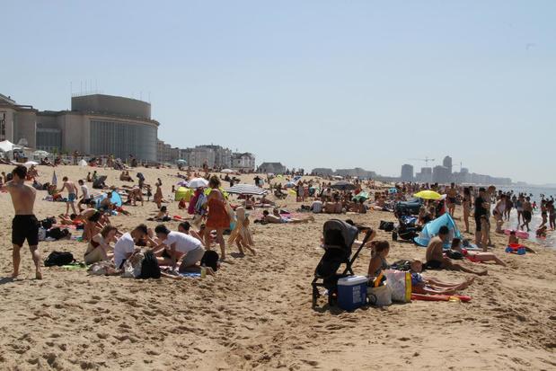 Druk op het strand in Oostende: politie grijpt voorlopig niet in