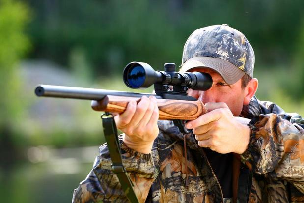 Verwarde man lost schoten met jachtgeweer en schrikt buurt op