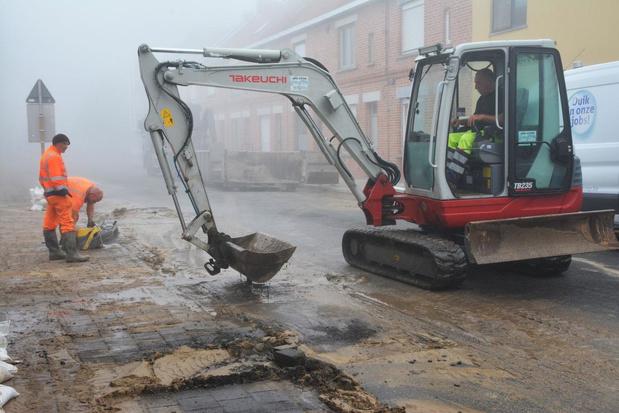 Broekstraat in Waregem opengebroken door groot waterlek