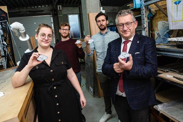 Birgit verkoopt glazen wolkjes voor in de kerstboom voor Boven De Wolken