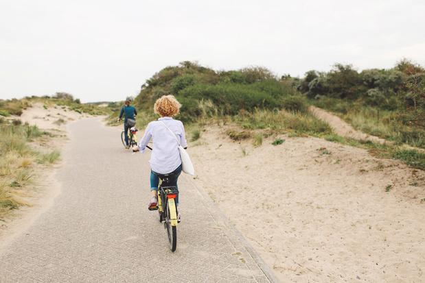 Drukte in Nederlandse kustplaatsen, gemeenten sluiten wegen af