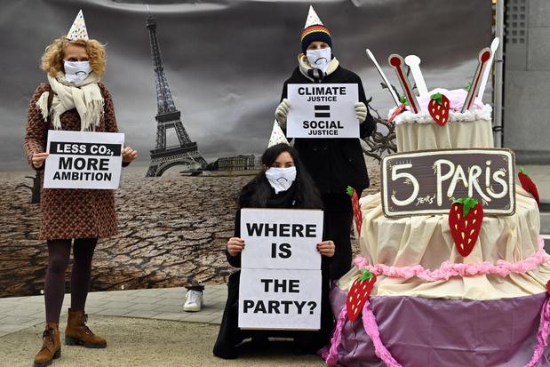 Klimaatcoalitie plaatst grote taart in Brussel, maar geen reden voor een feestje