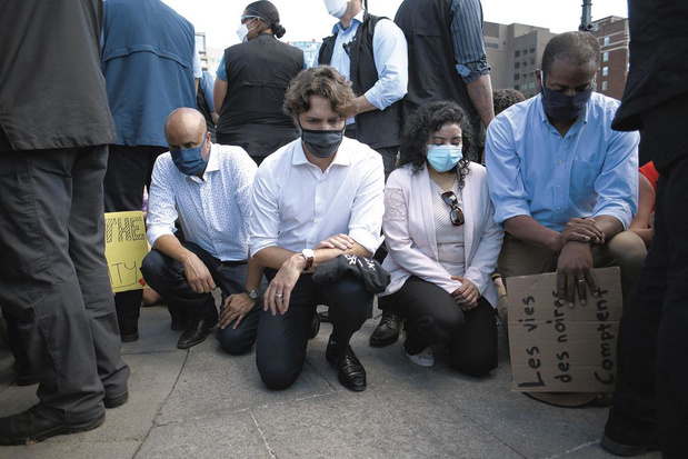 Racisme policier: le genou à terre, protestation planétaire