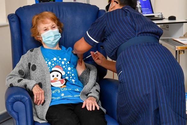 90-jarige Britse als eerste persoon ingeënt met Pfizer/BioNTech-vaccin