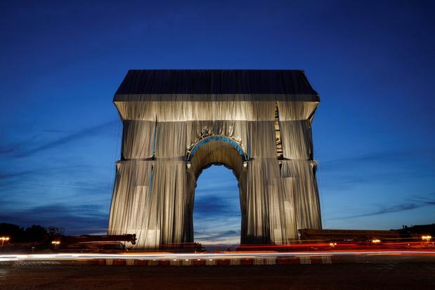 Arc de Triomphe in Parijs postuum naar kunstenaar Christo's wens ingepakt in doeken