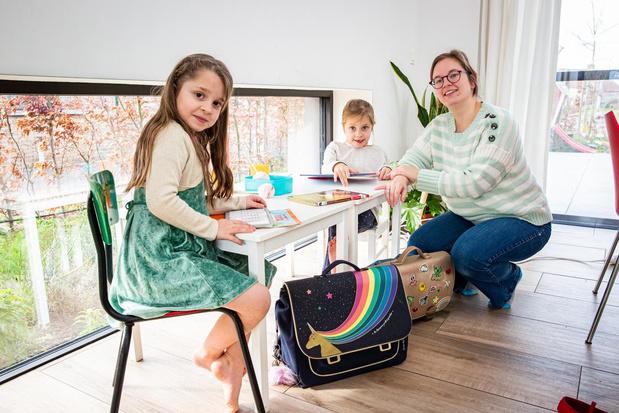 Joke opent klasje voor dochters in haar woonkamer
