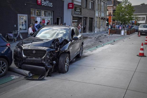 """Ongeval laat spoor van vernieling na op Heuleplaats: """"Moest springen voor mijn leven"""""""