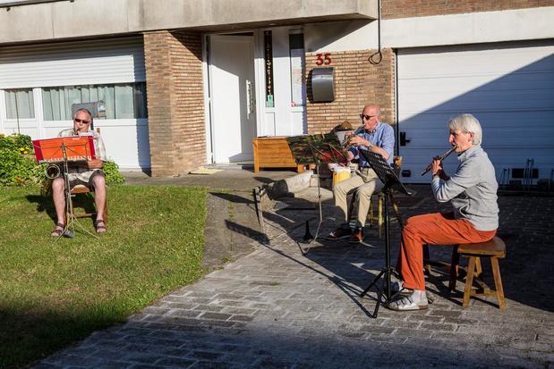 Brugse verpleegster speelt zelf elke avond muziek voor de buren en de zorgsector