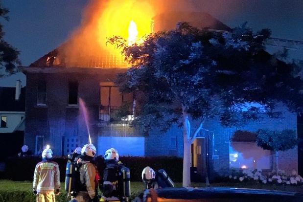 Zware uitslaande brand vernielt woonhuis