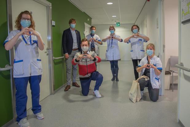 Koen Crucke bezoekt kankerpatiënten Sint-Andriesziekenhuis op Dag tegen Kanker