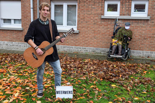 'Meermens' Bram laat hele Olmenlaan genieten van coronaveilig concert