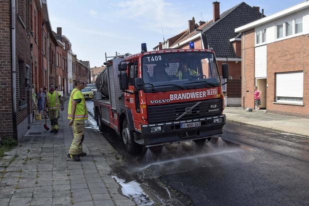 Dikke laag smurrie op weg na verlies lading vuilniswagen