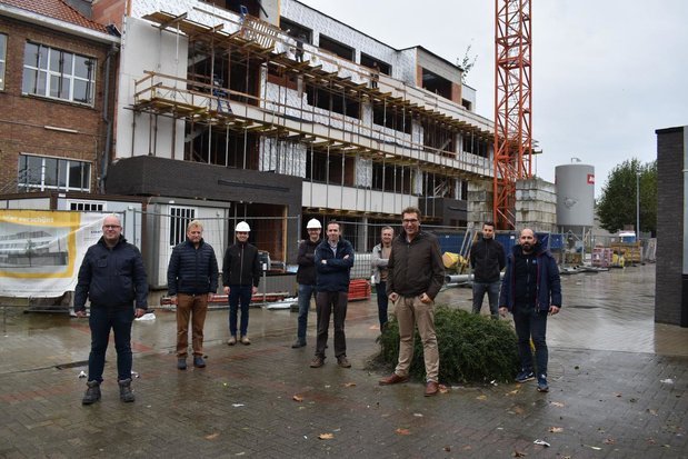 Meiboom op nieuwe schoolvleugel IMB in Sint-Kruis