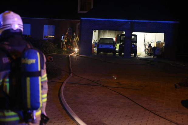 Niet afgekoelde assen uit kachel veroorzaken rookschade in garage in Gullegem