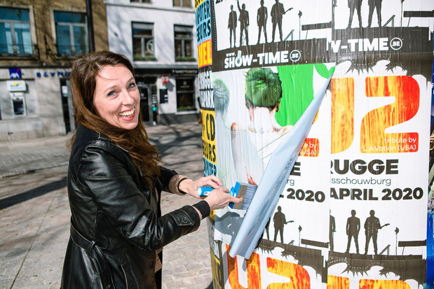 "Sylvie Crutelle uit Brugge verspreidt affiches ""als unieke vorm van street art"""