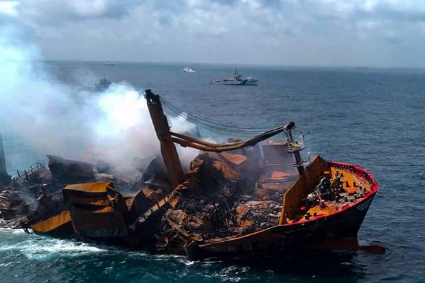 Enorme milieuramp: uitgebrand containerschip al deels gezonken voor kust Sri Lanka