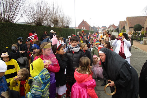 Vrije Basisschool Sint Lutgardis viert carnaval met stoet door Westende Dorp