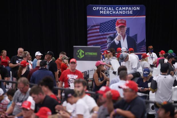 Trump houdt opnieuw indoor verkiezingsrally, ondanks coronaregels (video)