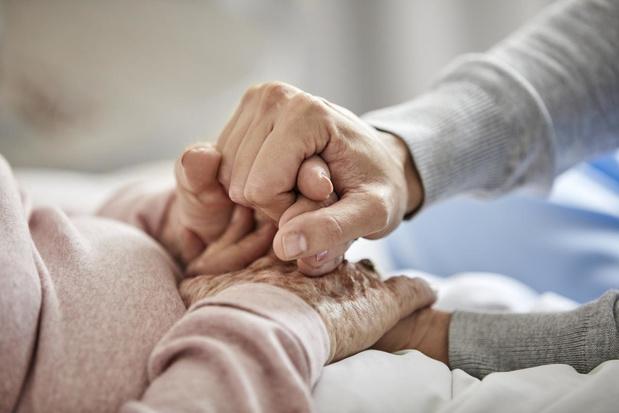 Bezoek aan woonzorgcentra: een knuffel kan opnieuw