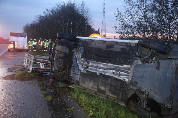 Bestelwagen kantelt op A19 in Menen