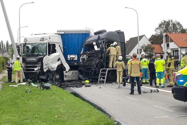 Twee gewonden bij frontale botsing tussen vrachtwagens in Lissewege