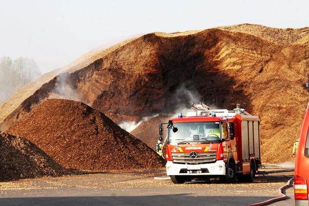 Brandweer blust gigantische berg houtsnippers in Ingelmunster