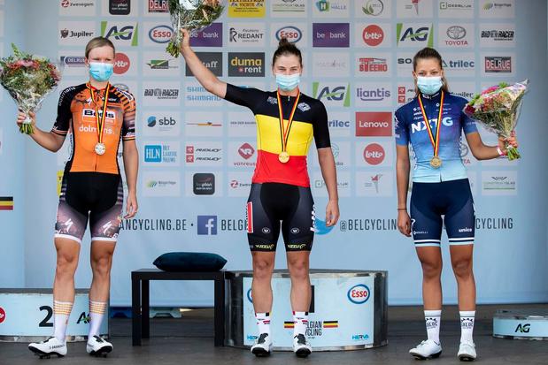 Lotte Kopecky troeft in sprintduel Jolien D'hoore af en wint BK in Anzegem