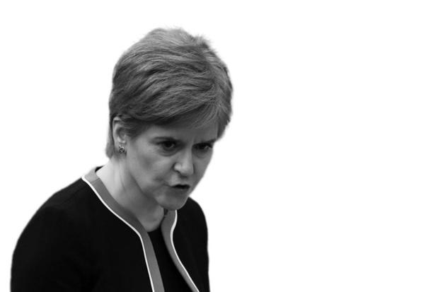 Nicola Sturgeon - maakt maandverband gratis