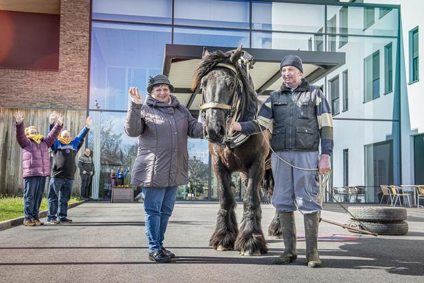 Oostnieuwkerkenaars animeren senioren met boerenpaard