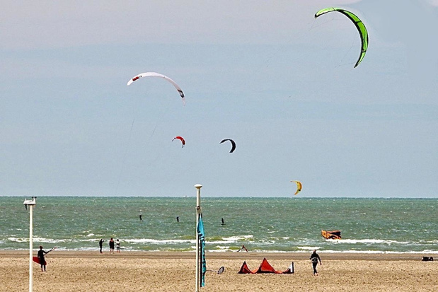 Kitesurfers massaal aanwezig op strand Zeebrugge