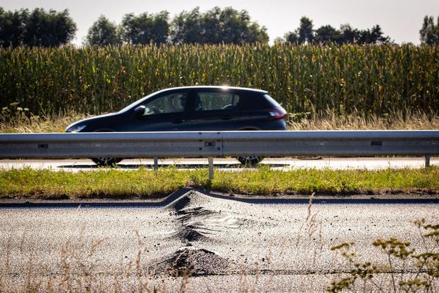Wegdek komt omhoog door de hitte: snelweg afgesloten in Lichtervelde