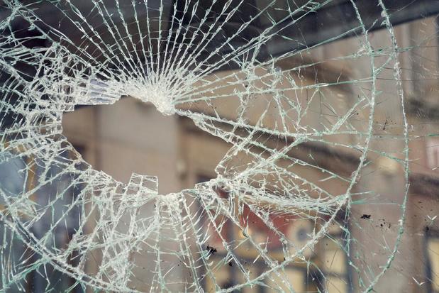 Viertal brengt vernielingen aan in appartementsgebouw