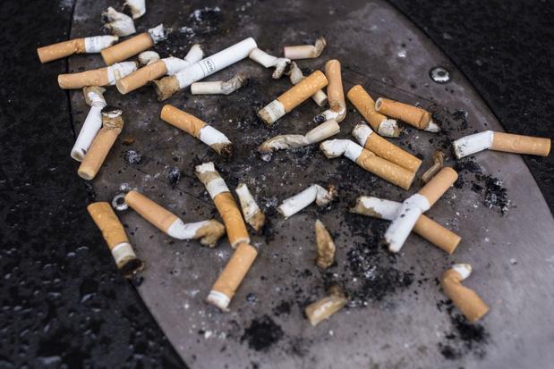 Mooimakers bindt strijd aan met sigarettenpeuken door zakasbakjes te verkopen
