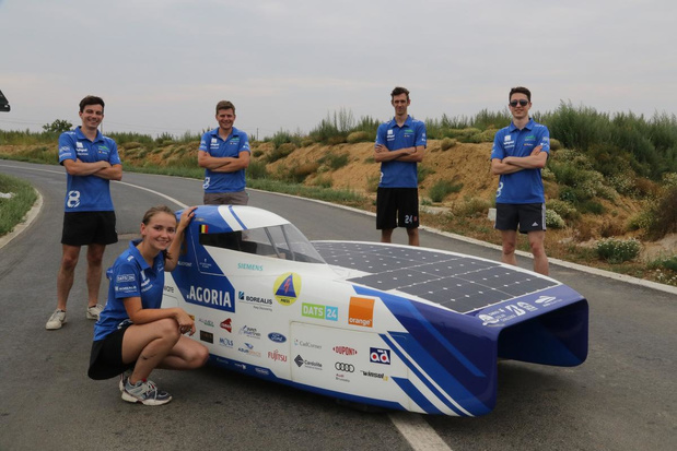 Vijf jonge ingenieurs testen zonnewagen voor wedstrijd in Zuid-Afrika