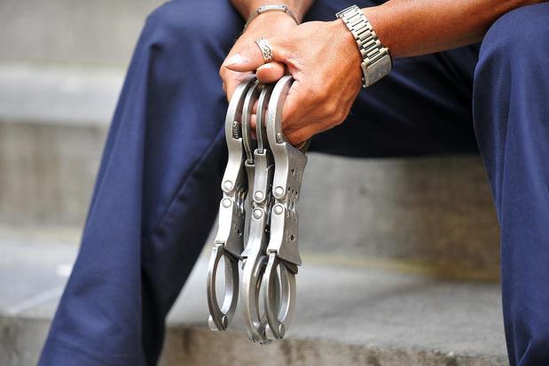 Twee Kortrijkse jongeren dag in cel in Nederland na weggooien van geld