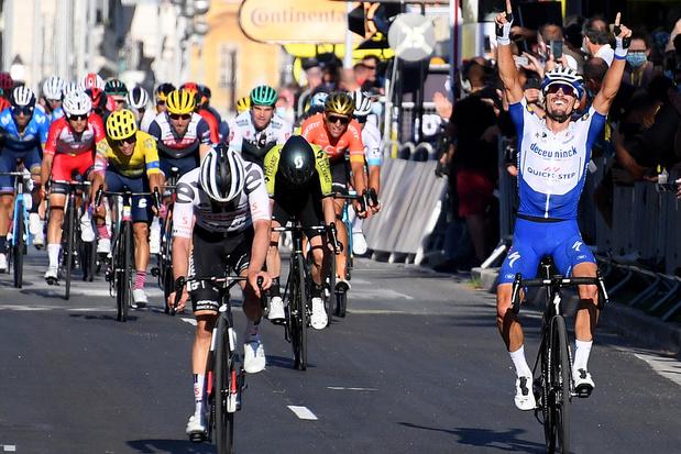 Alaphilippe sprint naar de zege en pakt de gele trui, Van Avermaet vierde