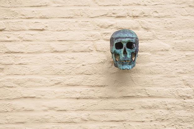 Er hangt een mysterieuze schedel boven de Brugse Smedenpoort