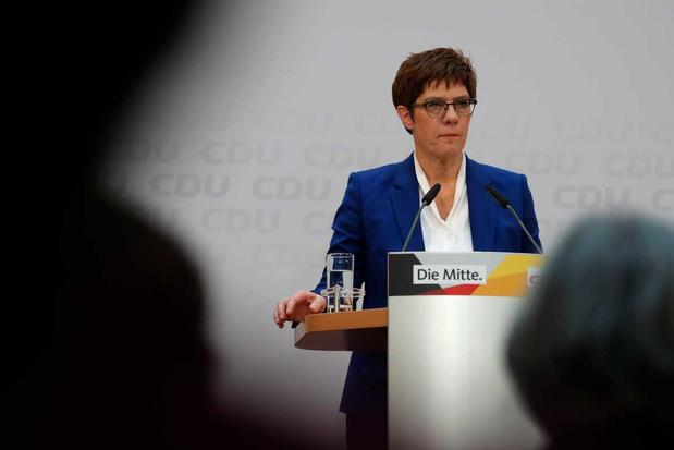 AKK werpt de handdoek: de mini-Merkel die te klein bleek voor de job