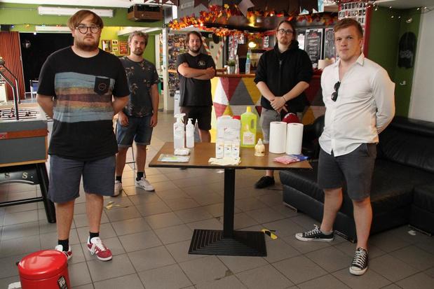 Jongsocialisten Oostende trekken met coronapakketten naar jeugdhuizen