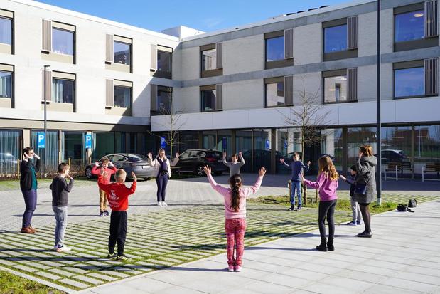 Kinderen dansen voor bewoners van wzc De Zonnewende in Meulebeke