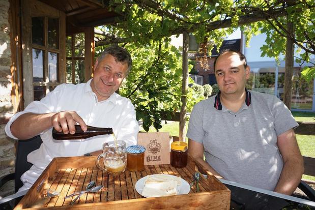 """Duo gebruikt honing in nieuw Snaaskerks biertje: """"Bijen helpen bier brouwen"""""""