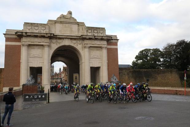 Eerste start onder de Menenpoort voor de renners van Gent-Wevelgem