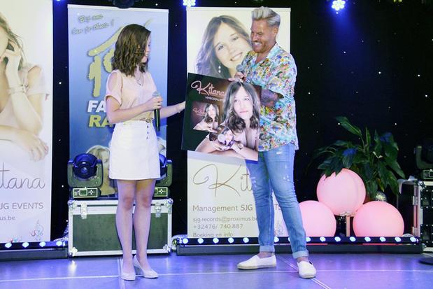 Trotse vijftienjarige Kitana brengt haar nieuwe single 'Verboden liefde' in snikhete zaal