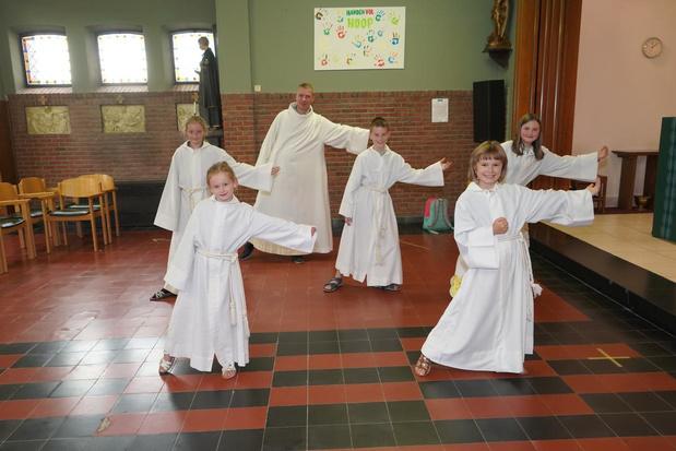 Op de Paanders dansen de misdienaars de Jerusalema