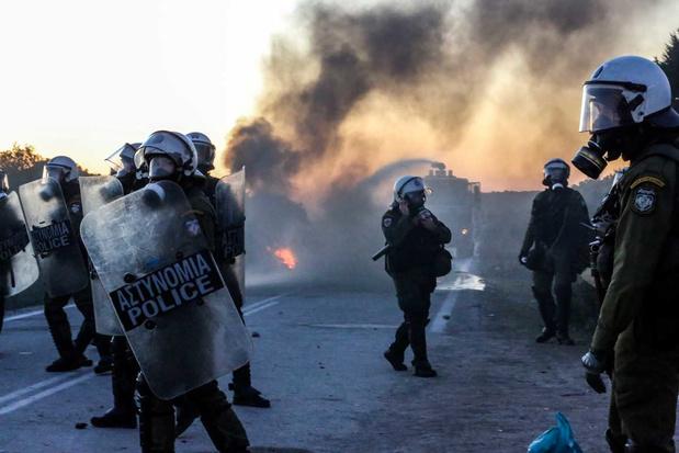 Bewoners protesteren tegen bouw nieuwe kampen op Lesbos en Chios: politie zet traangas in
